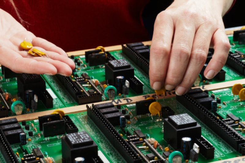 Handbestückung in der Elektronikfertigung